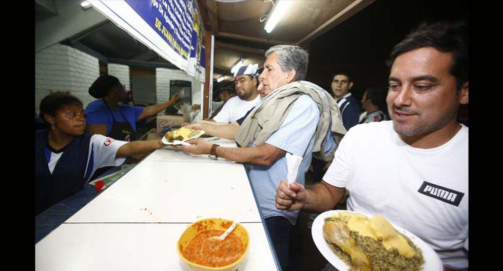 El periodista Óscar del Portal, sucumbiendo ante un arroz con pollo y papa a la huancaína. (Foto: Francisco Neyra/ El Comercio)