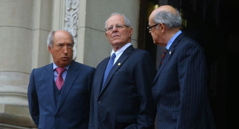 Jefe de protocolo Fortunato Quesada, presidente PPK y canciller Ricardo Luna en la puerta de Palacio de Gobierno. (Foto: Archivo)