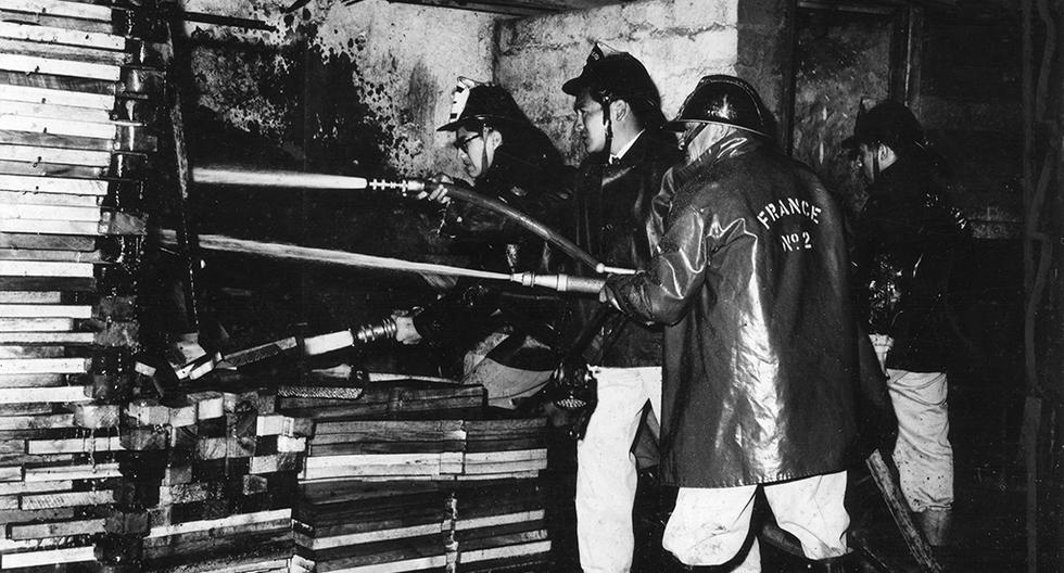 Bomberos de la compañía France 2 apagan incendio en el jirón Lampa. Postal del 10 de noviembre de 1977. Foto: Archivo Histórico El Comercio