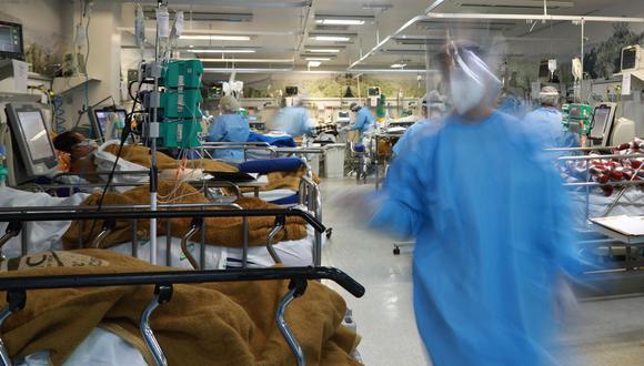 Los trabajadores de la salud atienden a los pacientes infectados con coronavirus COVID-19 en la sala de emergencias completa del hospital Nossa Senhora da Conceiao en Porto Alegre, estado de Río Grande do Sul, Brasil. (Foto de SILVIO AVILA / AFP).