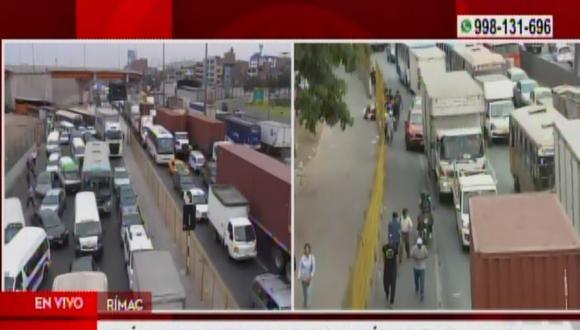 Intensa congestión vehicular se registra tras incendio de bus interprovincial. (Captura: América Noticias)