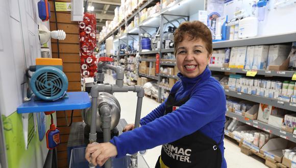 """""""Trabajar aquí ha transformado muchas cosas en mi vida. Desde el 2004, cuando era cliente, pensaba en que me gustaría trabajar aquí y mi deseo se cumplió"""", María Julia Morosini (59 años) – Sodimac San Miguel. FOTO: ROLLY REYNA / EL COMERCIO PERU"""