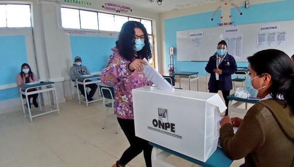 Para la segunda vuelta se ha establecido que electores usen doble mascarilla de forma obligatoria. (Foto: ONPE)