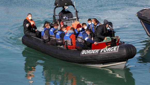 Bote salvavidas rescata a migrantes que trataban de cruzar el Canal de la Mancha, también conocido como English Channel. (REUTERS).