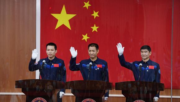 Astronautas Nie Haisheng (centro), Liu Boming (derecha) and Tang Hongbo, el primer equipo chino que trabajará en su primera estación espacial. (Foto: GREG BAKER / AFP)