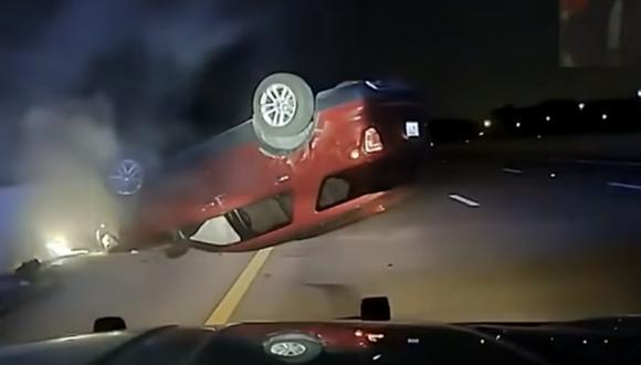 Vehículo acabó llantas arriba y accidentado tras la maniobra de un policía en Arkansas (Estados Unidos). (Foto: captura de pantalla | World News | YouTube).