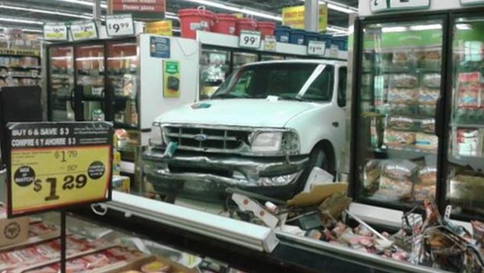 Anciana de 88 años destroza supermercado con su pick up - 1