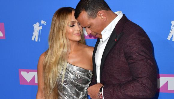 Jennifer Lopez se lució vestida de blanco y causó gran revuelo en redes sociales, pues se espera su pronta boda con Alex Rodríguez. (Foto: AFP)