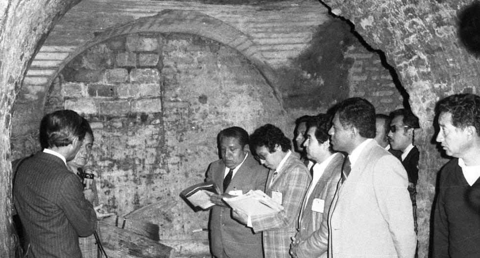 Los periodistas peruanos toman apuntes durante la visita a las históricas catacumbas en el subsuelo de Palacio de Gobierno. (Foto: GEC Archivo Histórico)