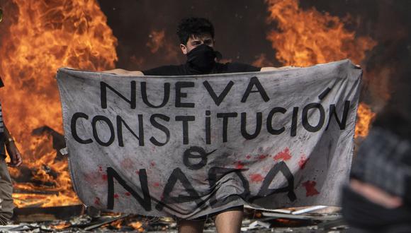 Un manifestante exige una nueva Constitución durante una protesta en Santiago. (Foto: AFP/Pedro UGARTE).