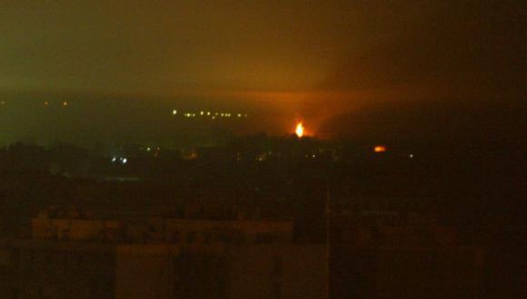 Un edificio no identificado se incendia tras ser alcanzado por un misil de la coalición al sur de Bagdad el 4 de abril del 2003. (Foto Referencial: AFP/ Patrick BAZ).