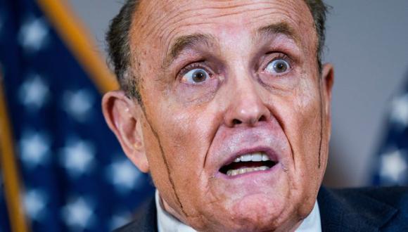 """El abogado del presidente de Donald Trump, Rudy Giuliani, ha insistido sin mostrar ninguna prueba en que hubo """"un plan centralizado"""" para ejecutar un presunto fraude electoral en varias ciudades demócratas, y aseguró que su campaña podría presentar aún nuevas demandas en Arizona, Virginia y Nuevo México, durante una rueda de prensa este jueves en Washington. (Foto: EFE/EPA/JIM LO SCALZO)."""