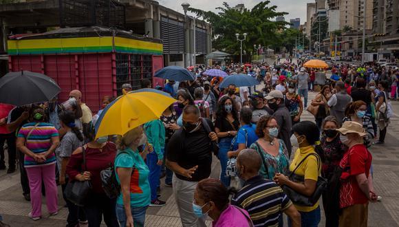 """Decenas de personas esperan afuera de un centro de vacunación contra la COVID-19, el 2 de junio de 2021 en Caracas (Venezuela). Cientos de venezolanos acudieron esta semana a los puntos de vacunación establecidos por el Gobierno, a la espera de ser vacunados. El sistema, que arrancó de forma """"controlada"""", se convirtió, con el paso de los días, en desorden, en el que también influyó la suerte. EFE/ Miguel Gutiérrez"""