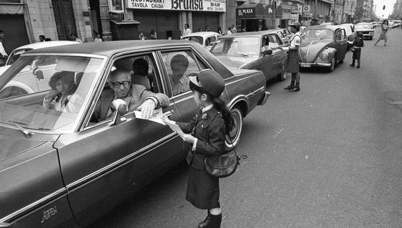 Niñas de la policía escolar entregan folletos para educar en seguridad vial en la avenida Colmena. Detrás el famoso restaurante Bransa. FOTO: Archivo Histórico El Comercio.