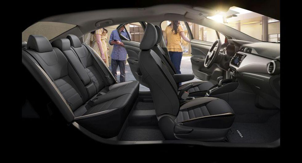 Nuevos materiales de alta calidad, asientos ZERO Gravity, delicados acabados tipo aluminio y, de acuerdo con el grado, tapicería en cuero en asientos, volante y palanca de cambios, que dan al nuevo Versa un aspecto más elegante.