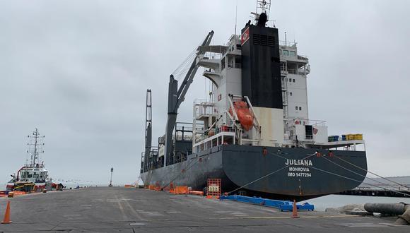 Nave de contenedores en Puerto de Salaverry.