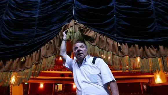 Efraín Aguilar en una sesión de fotos desde el teatro Canout, cerrado a inicios del 2021 para siempre. (Foto: Alessandro Currarino / El Comercio)