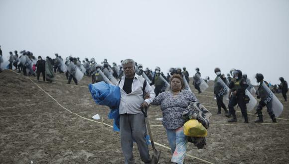 Alrededor de dos mil agentes ingresaron a la zona intangible cerca de la playa La Chira para proceder con el retiro de las personas que pernoctan en ese lugar desde hace más de nueve días. (Foto: Joel Alonzo / @photo.gec)