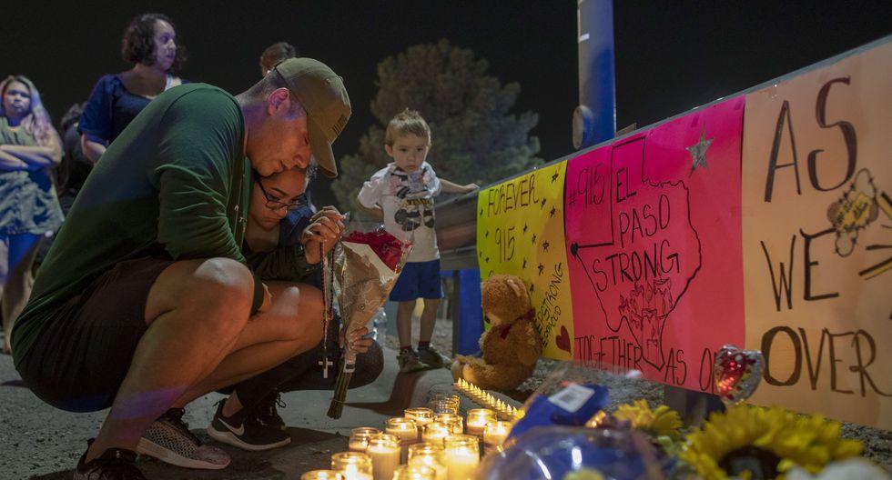 El supremacista blanco Patrick Crusius perpetró el tiroteo en el Walmart de El Paso, Texas. En la imagen, un grupo de personas participa en una vigilia por las víctimas. (AP).