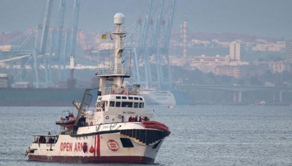 El Open Arms, de bandera española, lleva varios días cerca de las costas de la ciudad italiana de Lampedusa sin poder atracar. Fuente: AFP