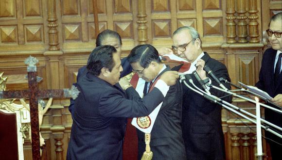 El 28 de julio de 1990, Alberto Fujimori jura, por primera vez, como presidente de la República. Máximo San Román, entonces primer vicepresidente, le pone la banda. En su libro, el exmandatario narra cómo llegó a Palacio de Gobierno.  (Foto: El Comercio)