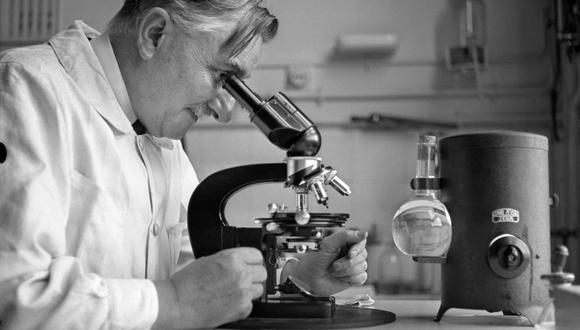 Un investigador en el laboratorio del Instituto Pasteur en 1938. (AFP)
