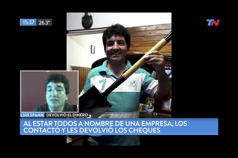 Luis Spahn encontró cheques por $2 millones de pesos argentinos, los devuelve a sus dueños y le dan una pala de recompensa. (YouTube)