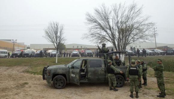 Miembros del Ejército mexicano protegen el exterior de un almacén que se usa como refugio para los migrantes centroamericanos en Piedras Negras. (Foto: AFP)