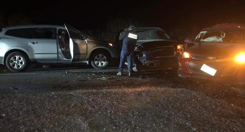 """Fotografías de la escena del crimen del sábado mostraban las iniciales """"CDN"""" del Cártel del Noreste pintadas en la ventana trasera de uno de los vehículos. (Twitter)"""