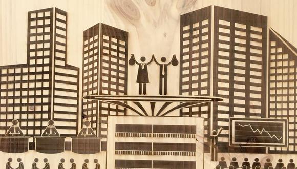"""La pieza """"Visita guiada interestelar"""" consiste de tres planchas de madera configurando el tríptico de 2.40 x 3.70 m para metaforizar de manera implacable la mecánica vida contemporánea. (Foto: Galería Impakto)"""