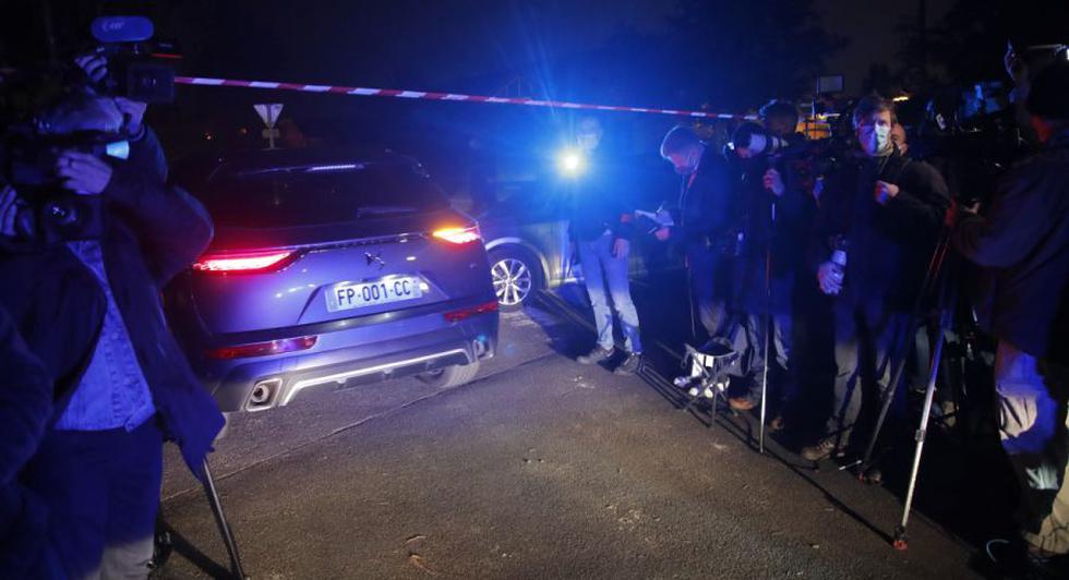 Un coche de la policía entra al perímetro después de que un profesor de historia que abrió una discusión con estudiantes sobre caricaturas del profeta Mahoma del Islam fuera decapitado en Conflans-Saint-Honorine, al norte de París. (Foto: AP /Michel Euler).