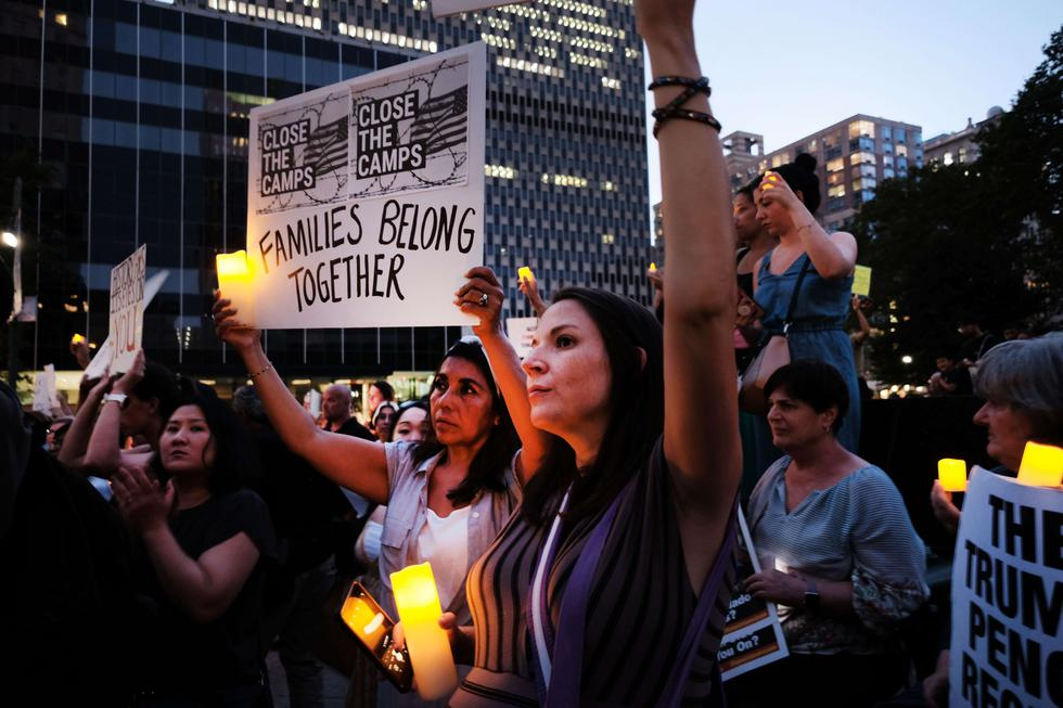 """Cientos de personas se reúnen en el bajo Manhattan para la protesta de """"Lights for Liberty"""" contra los campos de detención de inmigrantes y las inminentes redadas de Inmigración y Control de Aduanas (ICE). (Foto: AFP)"""