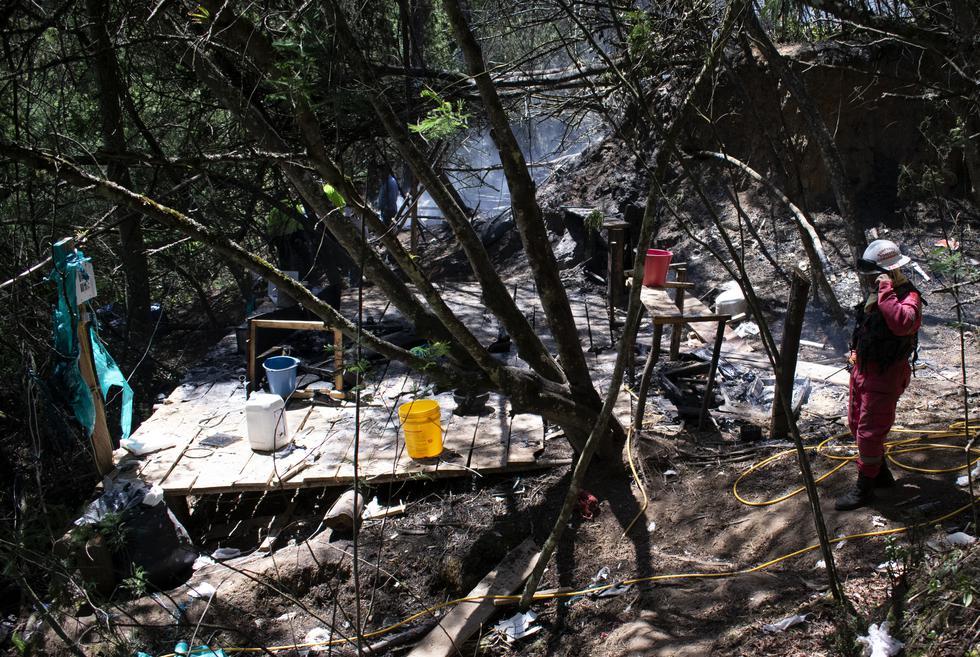 Bomberos colombianos asistieron a la escena de una explosión que ocurrió después de que las autoridades encontraron y quemaron un laboratorio para el proceso de cocaína en Guasca, Colombia. (Foto: AFP)