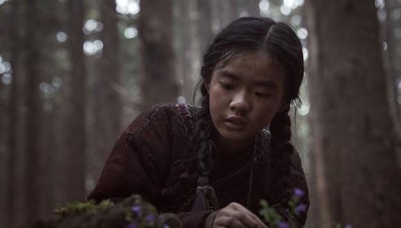 Ashin encuentra la planta de la resurrección y se la lleva para intentar ayudar a su madre enferma (Foto: Netflix)