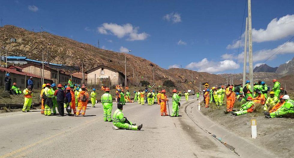 Trabajadores de las empresas Duvaz y Argentum iniciaron una protesta esta mañana con el bloqueo de la Carretera Central a la altura del km 141 en la zona de Morococha, debido al anuncio de un despido masivo a fines de año. (Foto: Fentecamp)