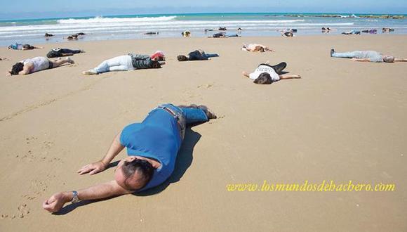 Una de las fotos utilizadas en el montaje provienen del blog de un fotoperiodista español que retrató a voluntarios en playas de su país. (www.losmundosdehachero.com)
