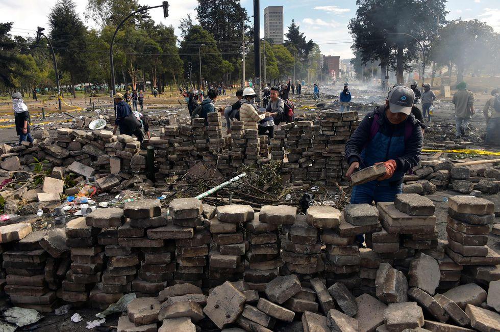 Los manifestantes reconstruyen barricadas en Quito. (/ AFP / RODRIGO BUENDÍA).