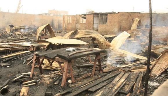 Incendio destruyó carpintería en San Juan de Lurigancho