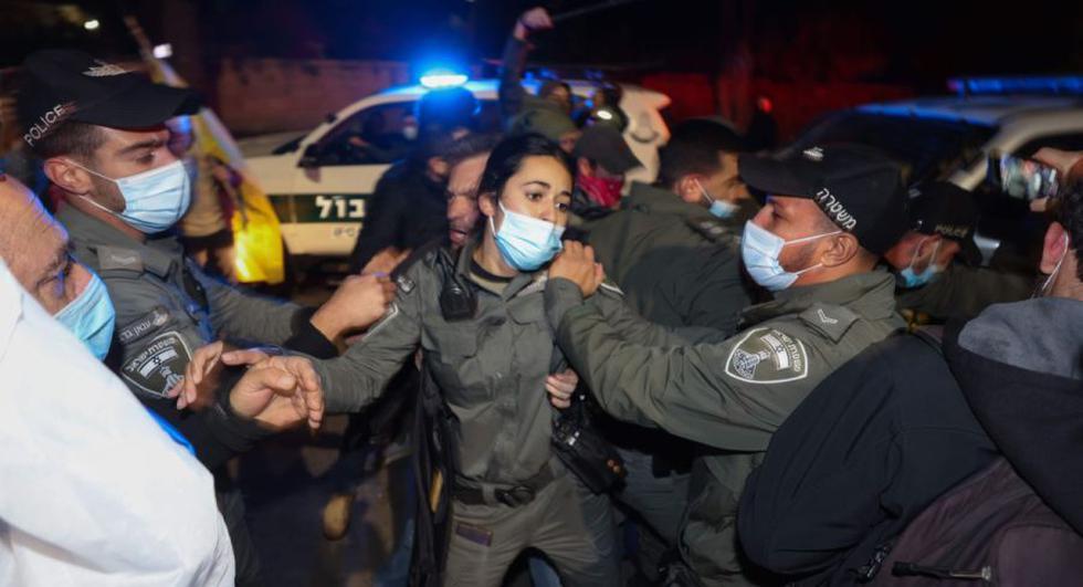 Las fuerzas de seguridad israelíes chocan con los manifestantes durante una manifestación contra el primer ministro israelí, Benjamin Netanyahu, frente a la residencia oficial del Primer Ministro en Jerusalén. (Foto: AFP / Menahem KAHANA).