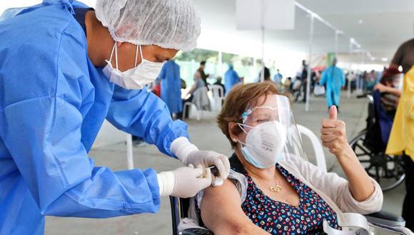 """La vacunación para pacientes mayores de 65 años está programada a partir del próximo fin de semana, en el sitio web """"Pongo el Hombro"""" pueden acceder a información de listado. (Foto: Minsa)"""