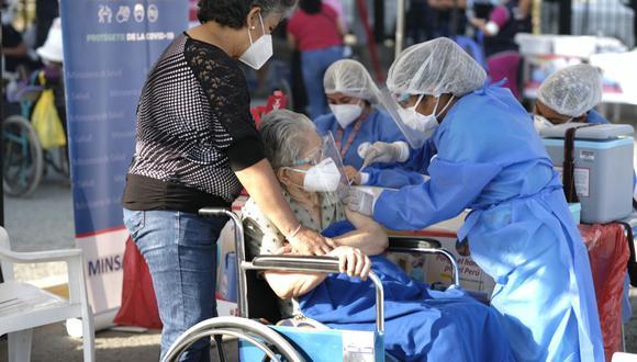 El ministro Óscar Ugarte detalló que para abril llegarán cada semana 200 mil dosis de Pfizer y que luego arribarán las vacunas de AstraZeneca, lo que permitirá, según dijo, cuadriplicar la vacunación. (Foto: Minsa)