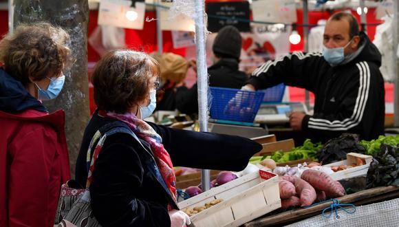 Para evitar el contagio del COVID-19, el consumidor elige a conciencia dónde proveerse con seguridad. Mercados de barrio, como este en París, son una alternativa interesante. (Foto: AFP)