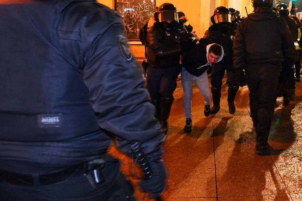 """Decenas de personas fueron hoy detenidas en las principales ciudades rusas, Moscú y San Petersburgo, tras la condena de cárcel impuesta al líder opositor, Alexéi Navalni. """"¡Libertad para Navalni! ¡Rusia sin Putin!"""", gritaban los manifestantes. En la foto, la policía detiene a un hombre durante una protesta contra una decisión judicial que ordenó al líder de la oposición rusa Alexéi Navalny encarcelado durante casi tres años en el centro de San Petersburgo el 2 de febrero de 2021. (Texto: EFE / Foto: Olga MALTSEVA / AFP)"""