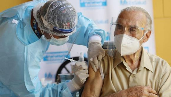 Abuelitos deben estar preparados física y emocionalmente antes de la vacunación.