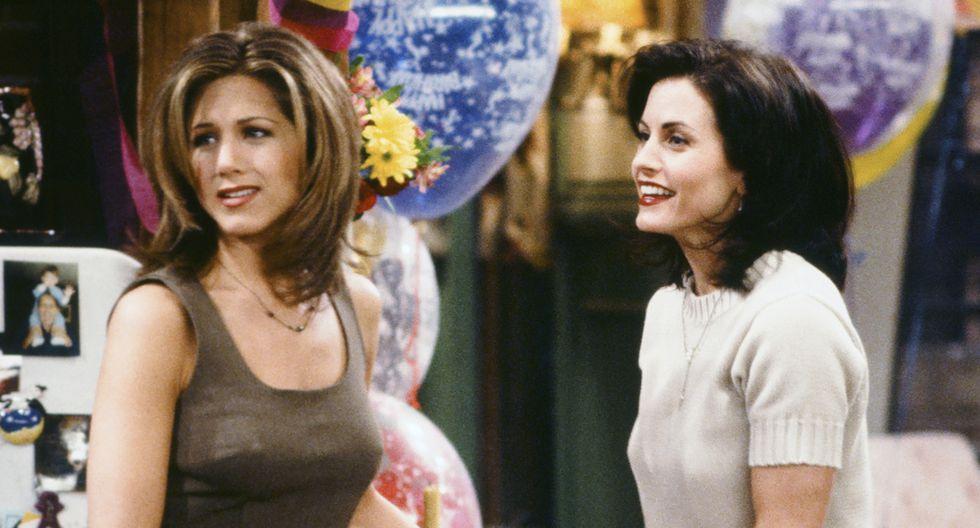 """Jennifer Aniston, como Rachel Green y Courteney Cox como Monica Geller, en una escena de """"Friends""""."""