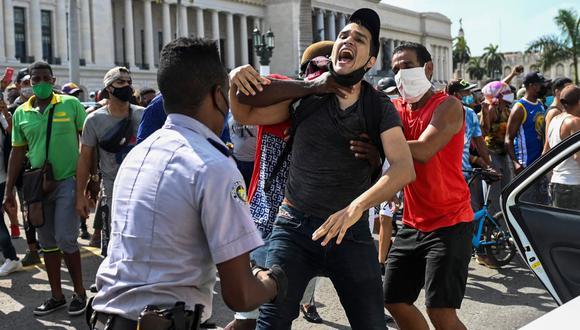 Un hombre es arrestado durante una manifestación contra el gobierno del presidente de Cuba Miguel Díaz-Canel en La Habana, el 11 de julio de 2021.. (Foto de YAMIL LAGE / AFP).