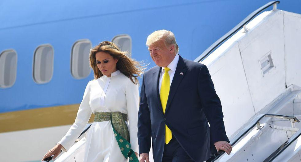 El presidente de los Estados Unidos, Donald Trump, y la primera dama, Melania Trump, desembarcan del Air Force One en el Aeropuerto Internacional Sardar Vallabhbhai Patel en Ahmedabad. (AFP)