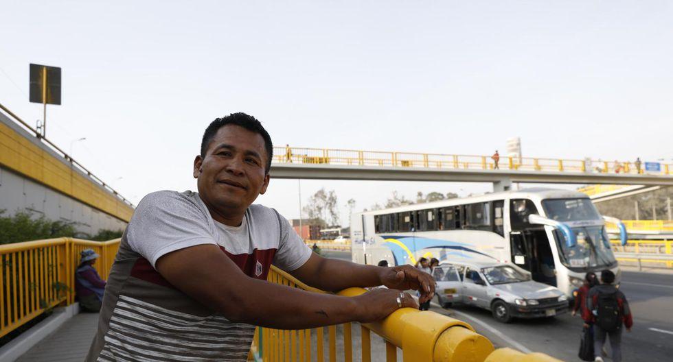Anderson Arone es una de las personas que logró salvar a un joven que colgaba del puente Parque Zonal en la Panamericana Sur, en San Juan de Miraflores. (Foto: Piko Tamashiro / GEC)