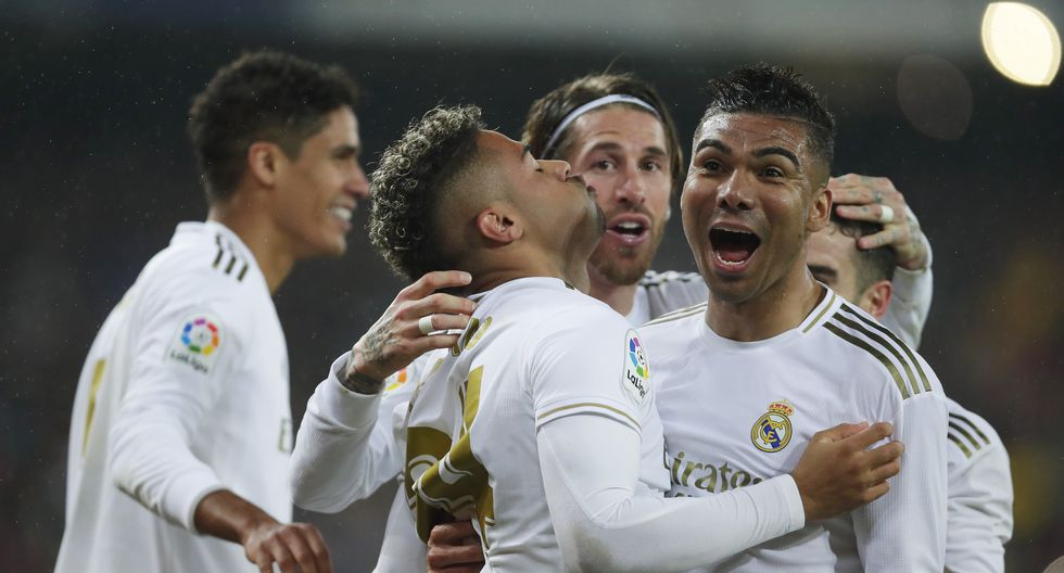 Real Madrid's Mariano Diaz, center left, celebrates with teammates after scoring his side's second goal during the Spanish La Liga soccer match between Real Madrid and Barcelona at the Santiago Bernabeu stadium in Madrid, Spain, Sunday, March 1, 2020. (AP Photo/Manu Fernandez)