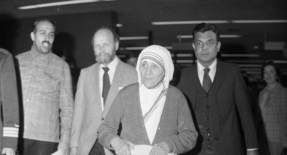 El 3 de setiembre de 1982, la Madre Teresa de Calcuta llegó al Perú como parte de una gira por Latinoamérica. Durante su estadía, la religiosa conversó con las Misioneras de la Caridad, visitó al presidente Fernando Belaunde Terry en Palacio de Gobierno, recorrió varios pueblos jóvenes y elogió a la prensa nacional. También rezó casi un día sin probar alimentos. (Foto: GEC Archivo Histórico)